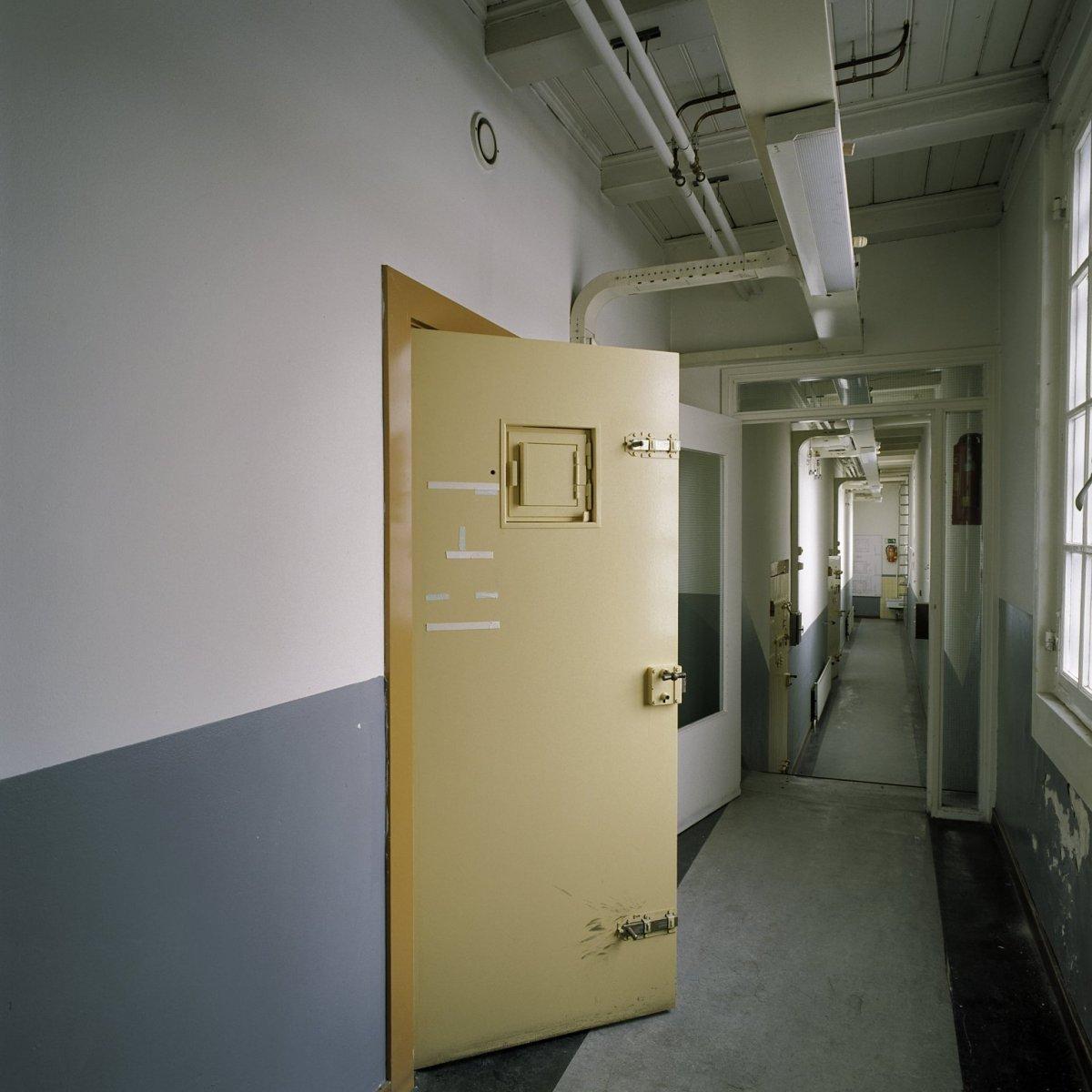 Interieur,_gang_op_de_bovenverdieping_met_openstaande_celdeur_-_Zwolle_-_20381591_-_RCE.jpg